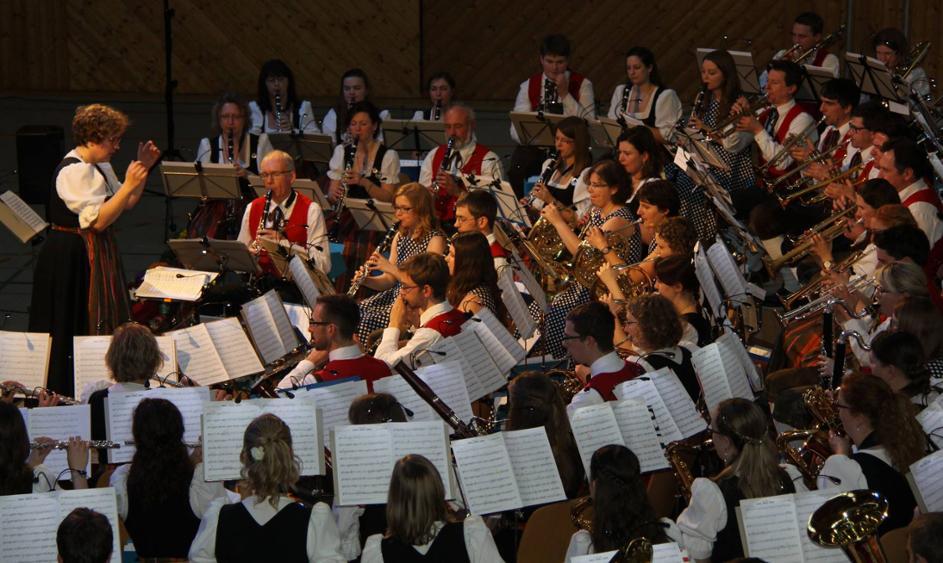 Blasmusik vom Feinsten: Die Blaskapelle Isen beim Frühjahrskonzert unter Leitung von Dirgentin Regina Gaigl (l.). © Zimmerer